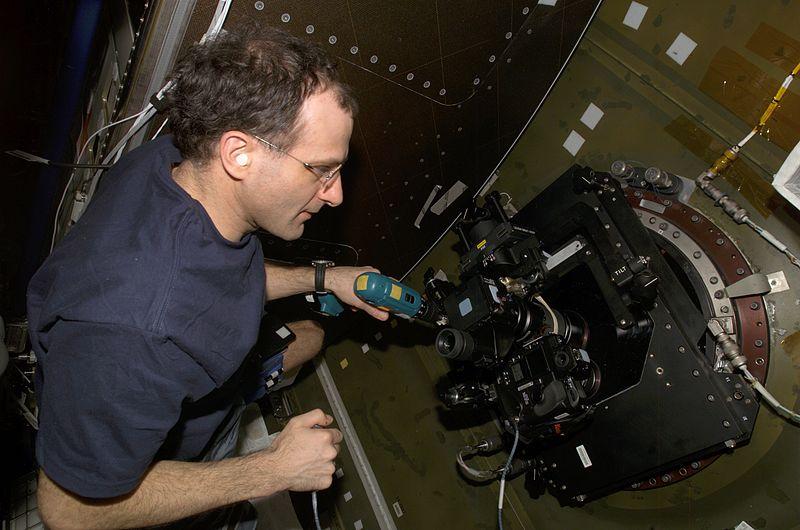 Don Pettit operates_barndoor tracker aboard ISS